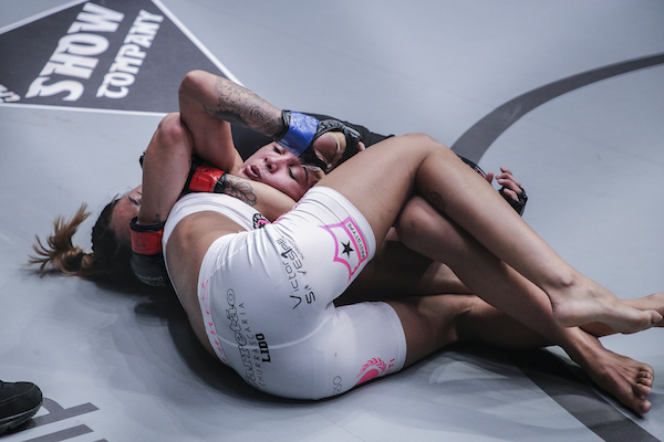 Angela Lee cranks the neck of Istela Nunes in the Dynasty of Heroes main event.